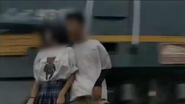 情侣拍摄火车合照被带倒,司机无责