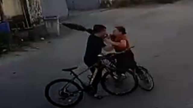 自行车碰撞,大妈持雨伞打人反被殴