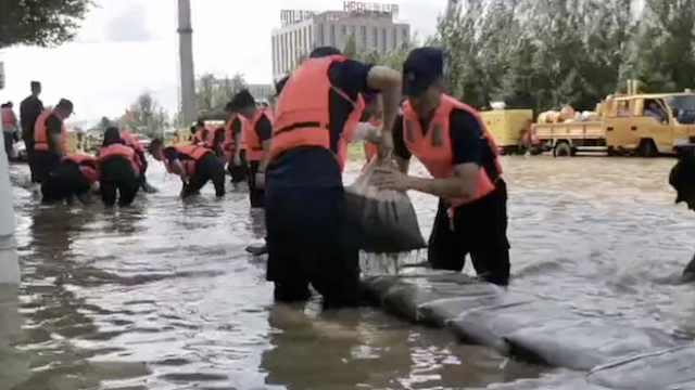 50年难遇洪水淹3里路,15万沙袋封堵