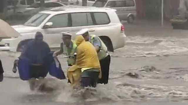 暴雨中市民被困,两交警拼力救出