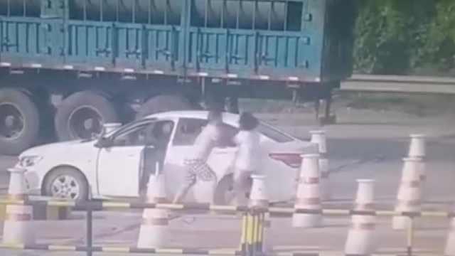 驾车发生争执,丈夫竟下车暴打妻子