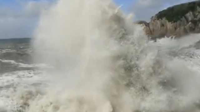 直击:台风来袭,浙江海岸掀10米巨浪