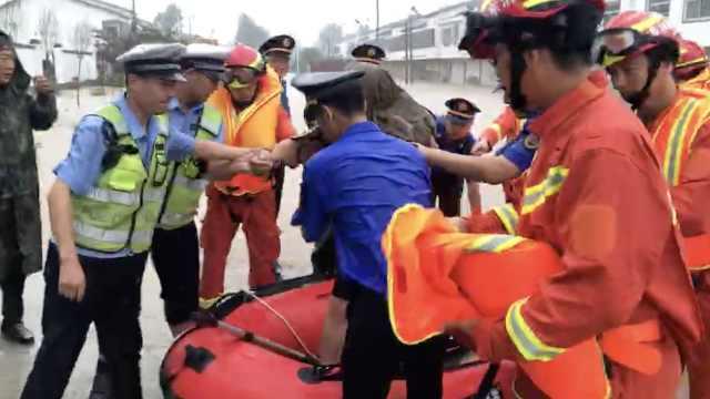 枣庄暴雨!消防员齐腰深水中救援
