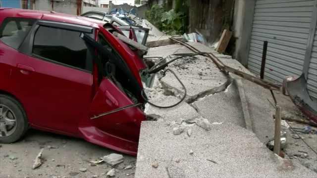 废弃厂房44米围墙坠落,砸扁一排车