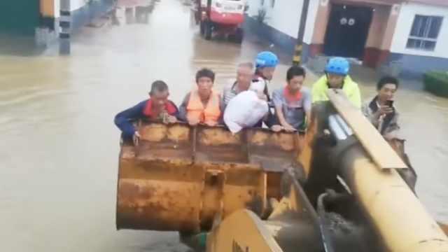 台风致洪水进村,救援队铲车救村民