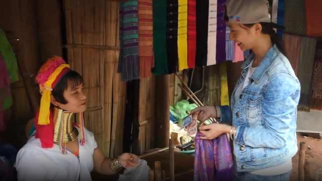 见到长颈族妇女,小伙伴买了条丝巾