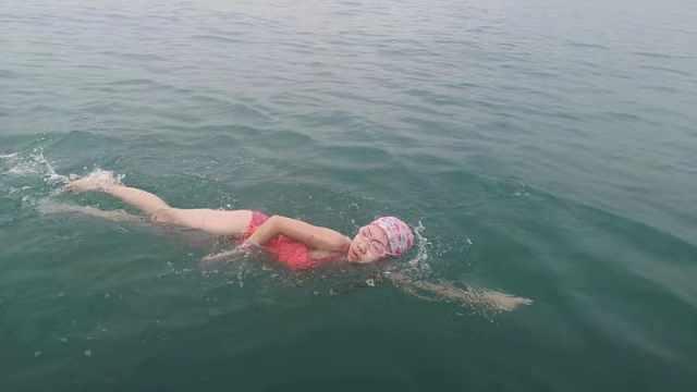 9岁女孩备战1年,成功横渡琼州海峡