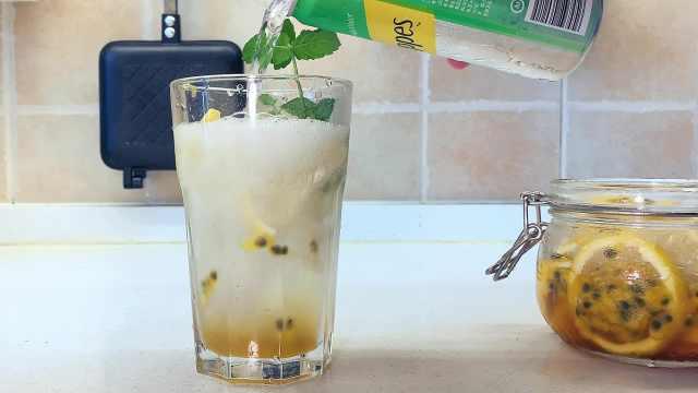 自制酸甜冰爽蜂蜜柠檬百香果气泡水