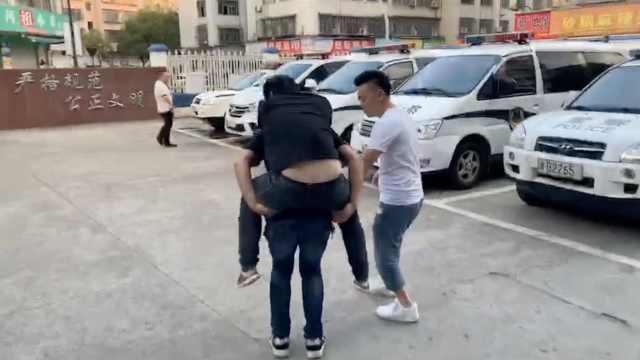 嫌犯跟警察赛跑累瘫,被背进看守所