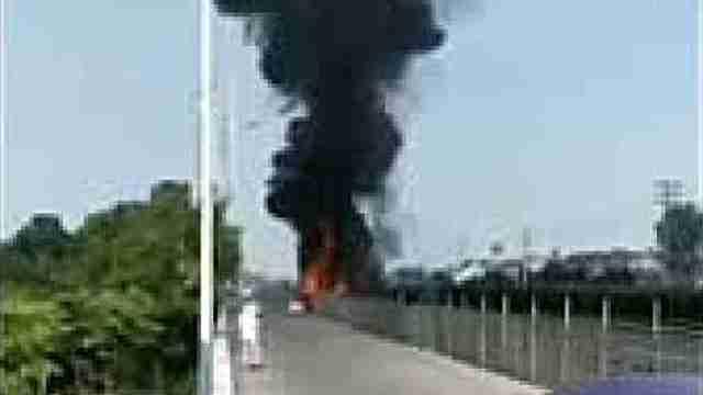 装载30吨聚乙烯货车突然起火