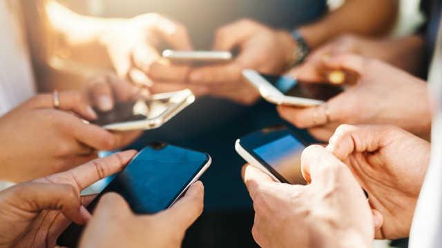 中国手机厂商抢占全球半数市场