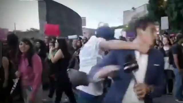 墨西哥城游行中,记者突被打倒在地
