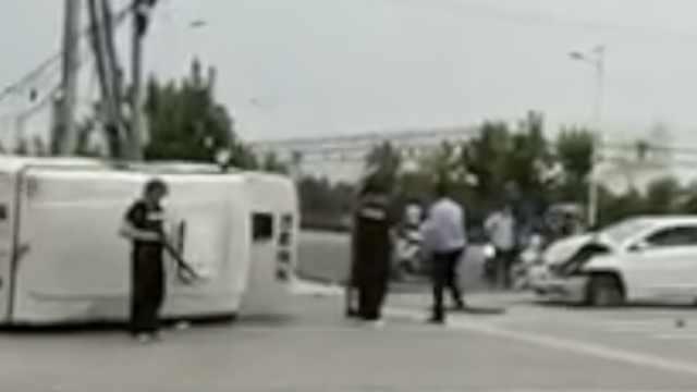 运钞车侧翻,押运员跳车窗持枪戒备