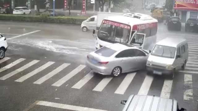中巴车急刹不止旋转180度,连撞2车