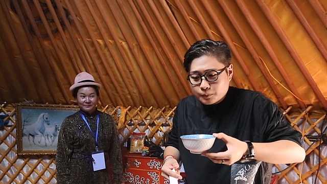 砖茶和牛奶组成一碗蒙古族特色奶茶