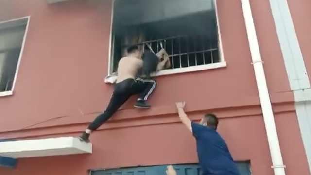 小女孩被困火场,豪杰爬2楼砸窗救出