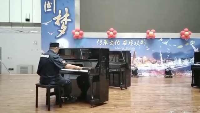 保安搬钢琴上舞台,顺手弹一曲爆红