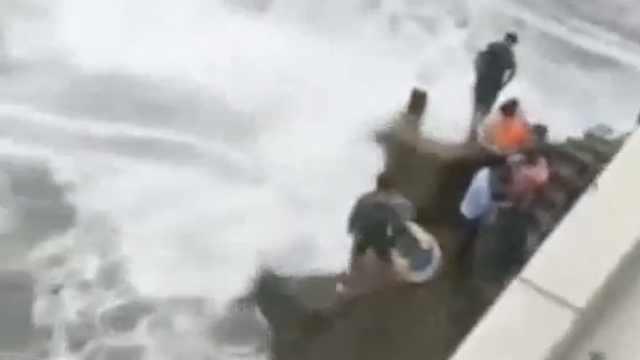男孩拍照被卷入海中,父为救儿身亡