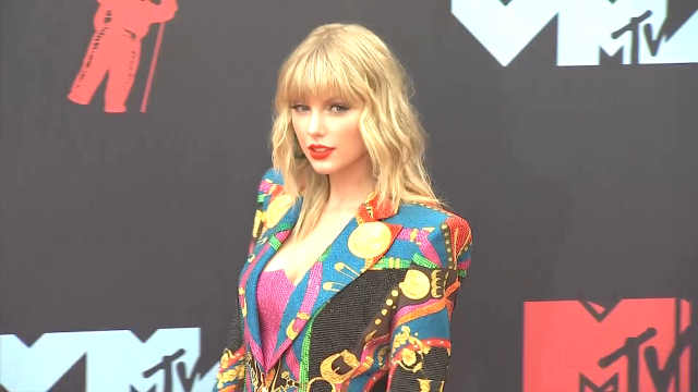 霉霉亮相VMA红毯,彩西装化身蝴蝶