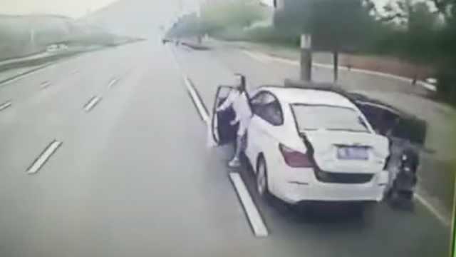 女司机开门遇公交驶来,挤中间撞亡