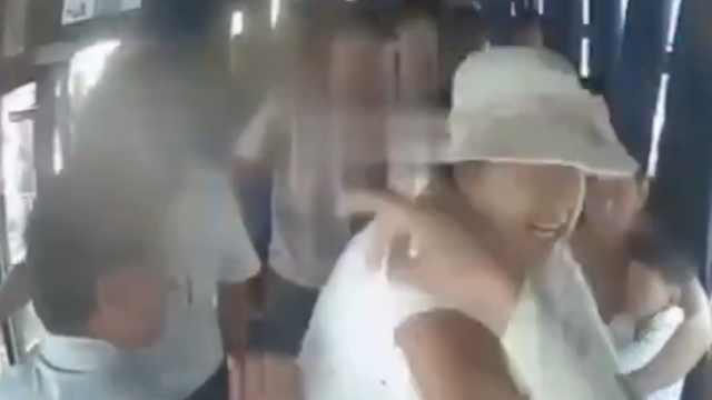 被按喇叭,女子冲上公交暴打女司机