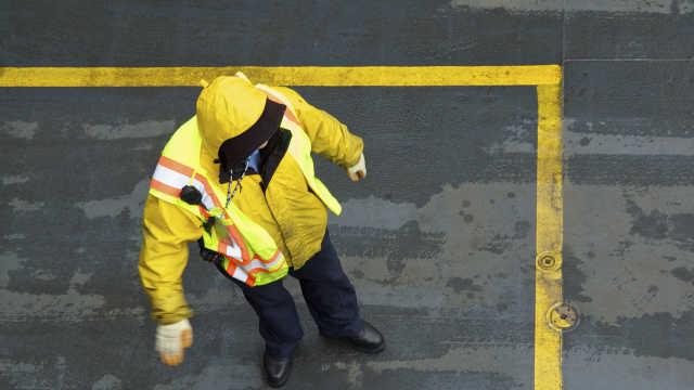 他雨中执勤衣湿透,女司机暖心抛伞