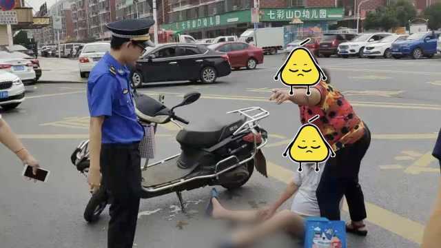 骑车老人摔倒无人扶,城管果断救助