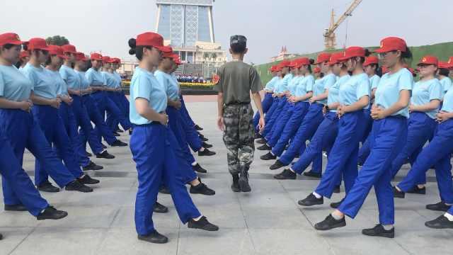 蓝裤子红帽子!高校军训服似马里奥