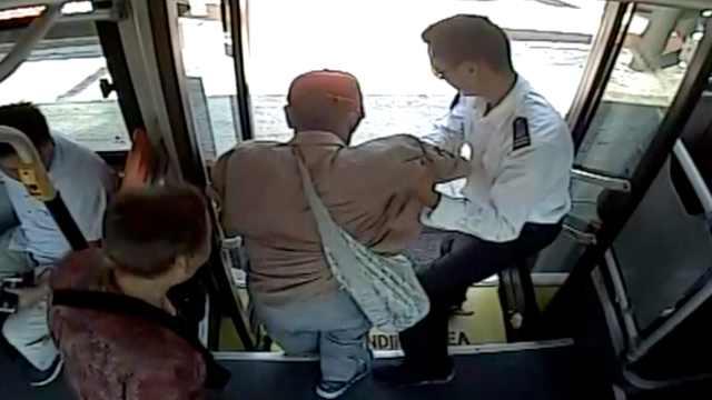 """盲人乘车难,公交司机当""""眼睛"""""""