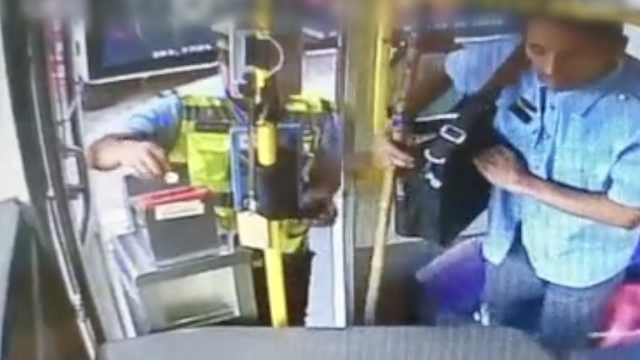 辅警扶盲人上公交,并悄悄付了车费