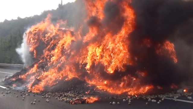 货车高速上起火烧成空壳,浓烟冲天