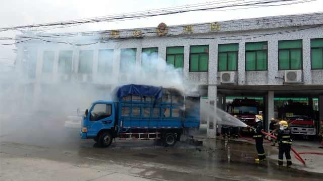 货车起火,司机直接开到消防队门口