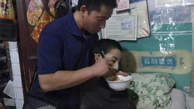他与母亲养脑瘫弃儿24年:愧对妻儿