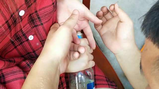 女孩手指被卡,救援时