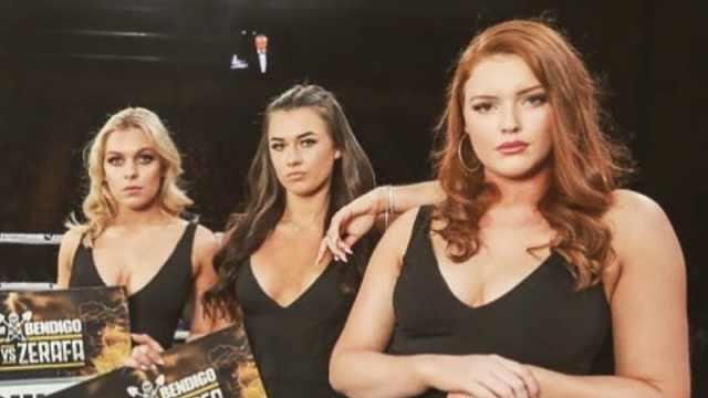 被批穿着暴露,三名举牌女郎失业