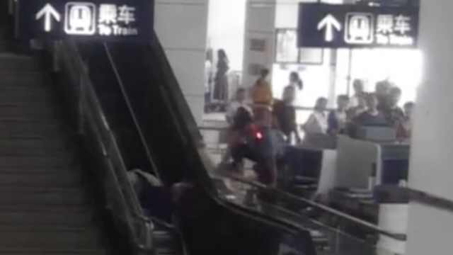 妇女抱娃上电梯摔倒,辅警跨栏救人