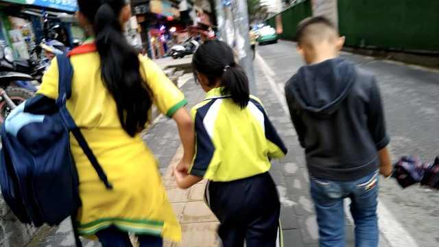 10岁姐带妹接弟弟放学,同喝1瓶饮料