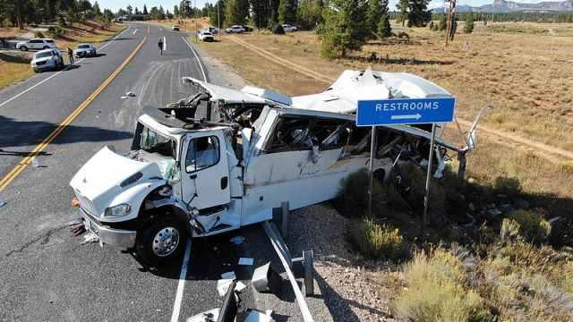 中国旅行团巴士在美翻车,已致4死