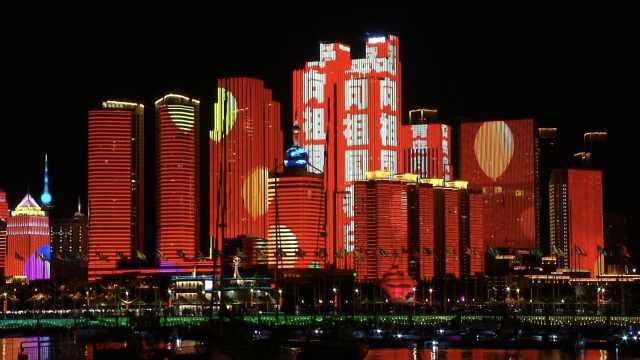 感动!青岛众多楼宇瞬间亮起中国红