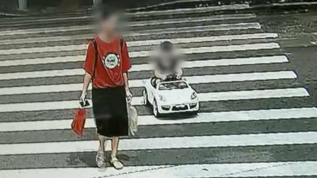 男童开玩具车横穿马路,遭民警拦截