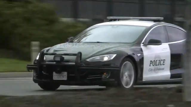 尴尬!特斯拉警车追罪犯,没电了!