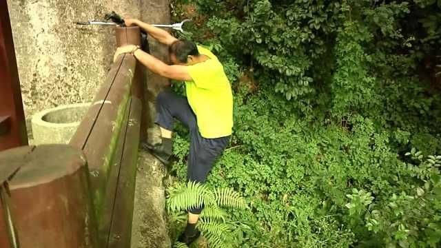 游客乱扔垃圾,景区环卫工陡坡捡拾