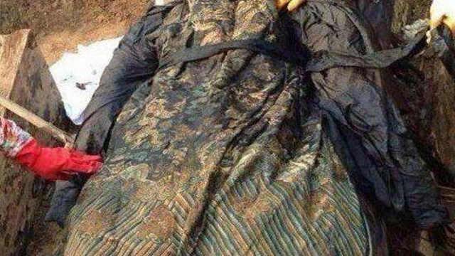 """古墓发现身穿""""龙袍""""的干尸"""
