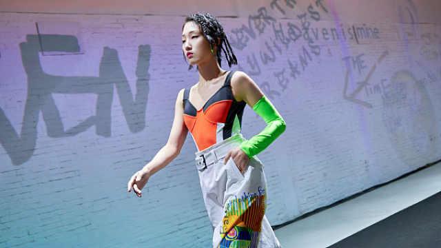 火箭少女YamyT台首秀献给环保时装