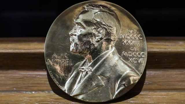 为什么今年两个人获诺贝尔文学奖?