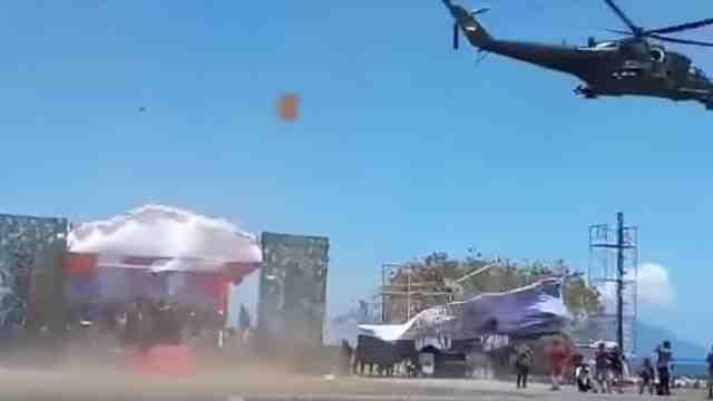 印尼阅兵直升机飞太低,掀翻观众席