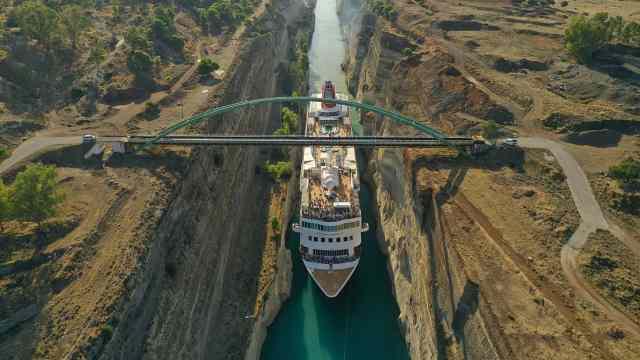 破纪录!23米宽邮轮挤过25米宽运河
