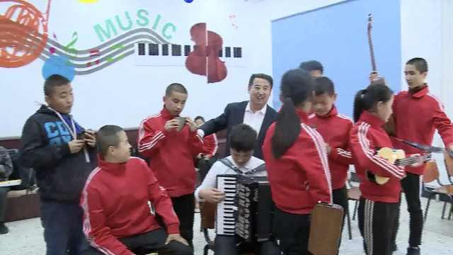 盲师特校组乐队,学生盲弹钢琴十级