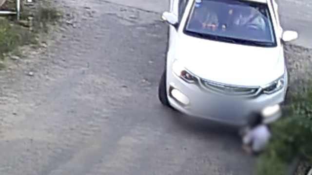 监拍:女童路边玩耍,遭小车2次碾压