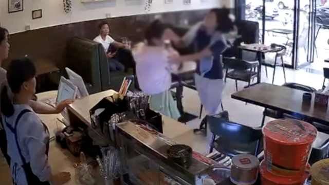 女孩奶茶店遭暴打,打人者被拘15日